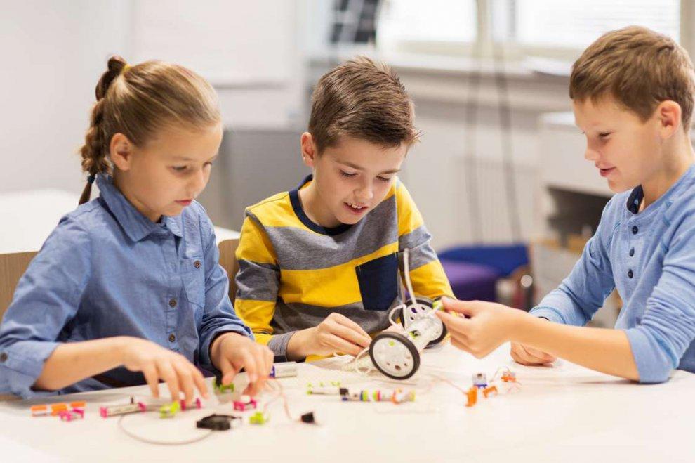 Зачем ребенку заниматься робототехникой? Чему детей учит робототехника?